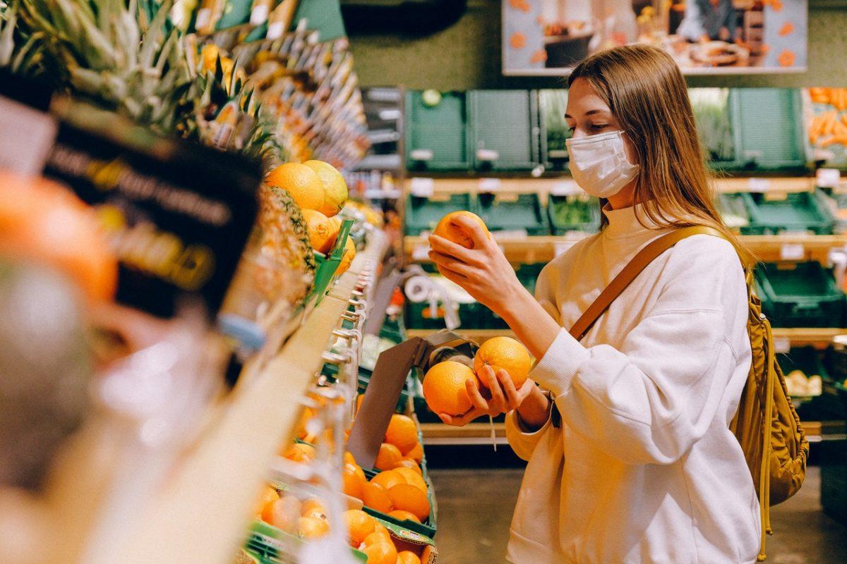 woman-wearing-mask-in-supermarket-3962294